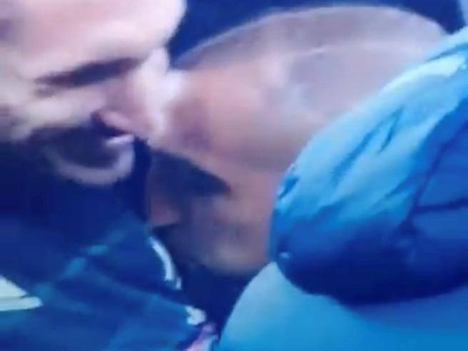 Inter-Juventus, Vidal kisses the Juventus emblem while hugging Chiellini.  Wrath of the fans, then he specifies- Corriere.it