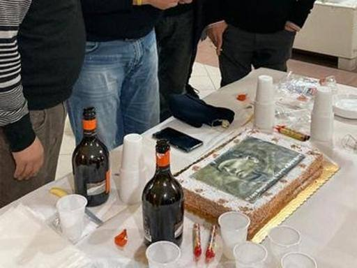 Naples, party with Mussolini's cake in the headquarters of the Fourth Municipality